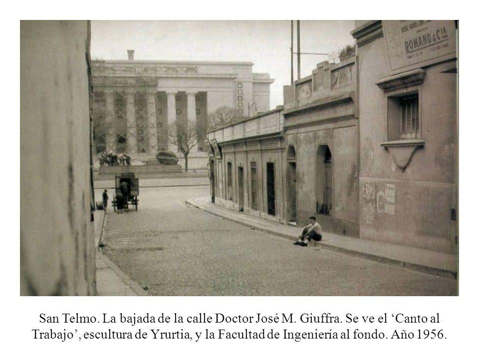 San Telmo. La bajada de la calle Doctor José M. Giuffra. Se ve el Canto al Trabajo, escultura de Yrurtia, y la Facultad de Ingeniería al fondo. Año 19