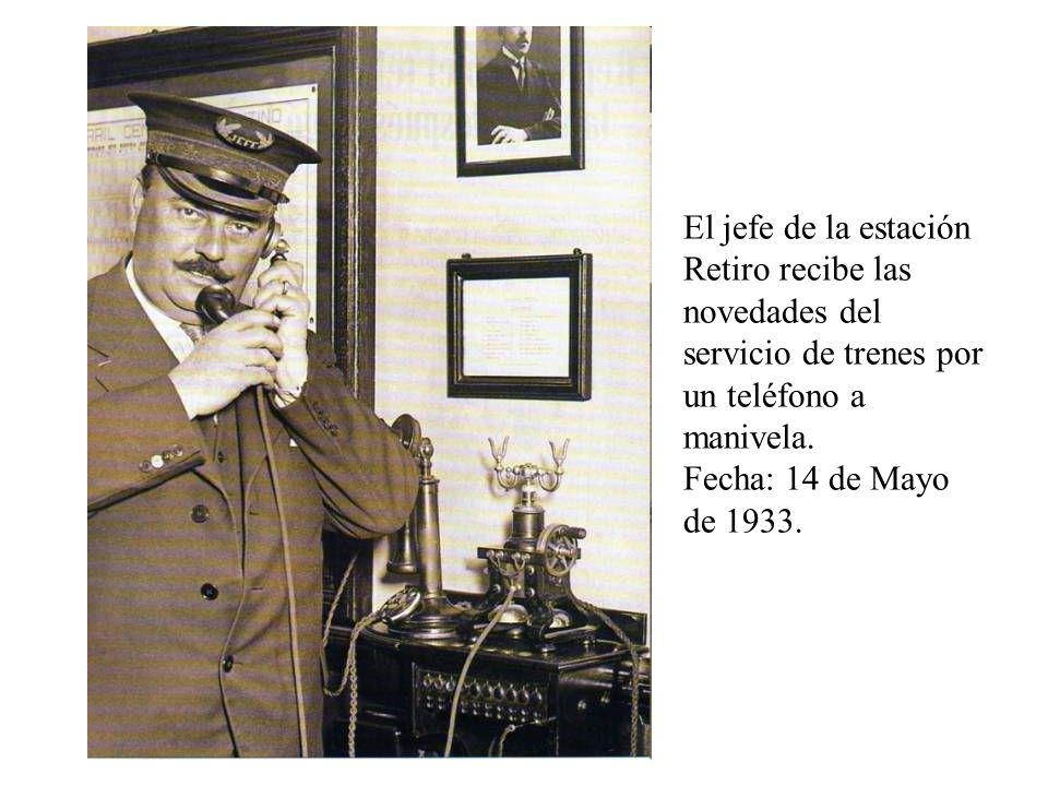 El jefe de la estación Retiro recibe las novedades del servicio de trenes por un teléfono a manivela. Fecha: 14 de Mayo de 1933.
