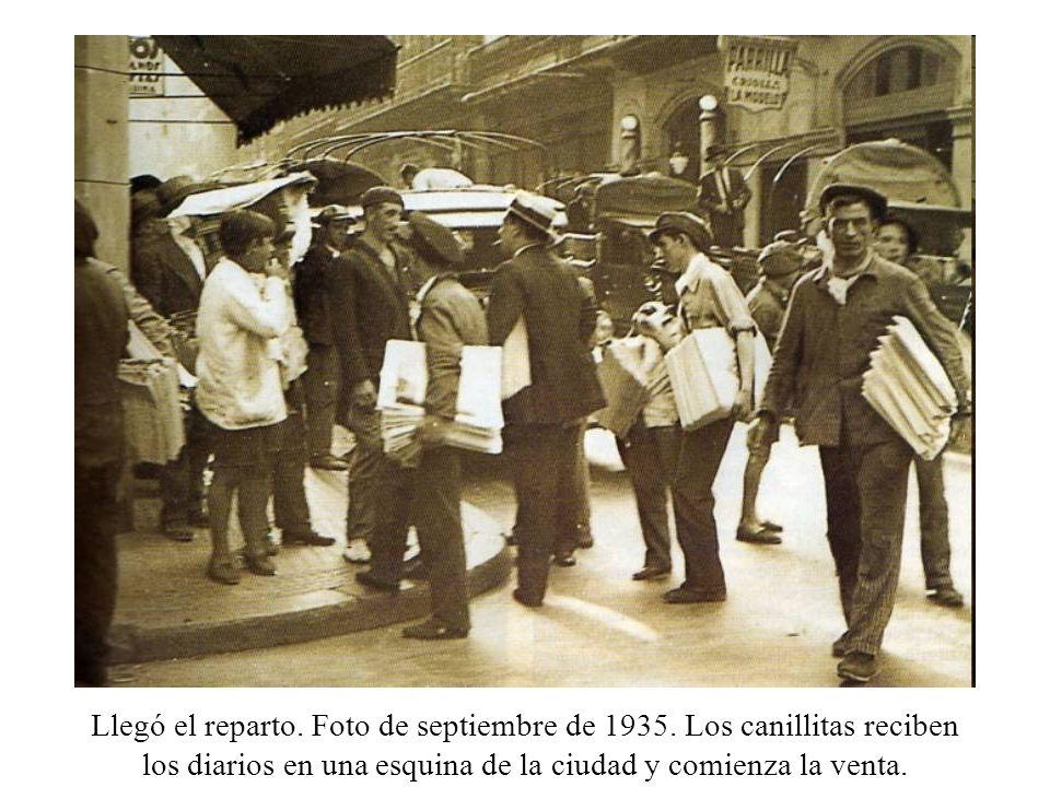 Llegó el reparto. Foto de septiembre de 1935. Los canillitas reciben los diarios en una esquina de la ciudad y comienza la venta.