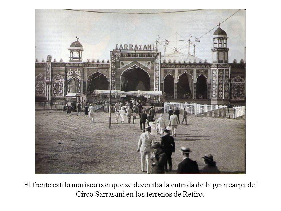 El frente estilo morisco con que se decoraba la entrada de la gran carpa del Circo Sarrasani en los terrenos de Retiro.