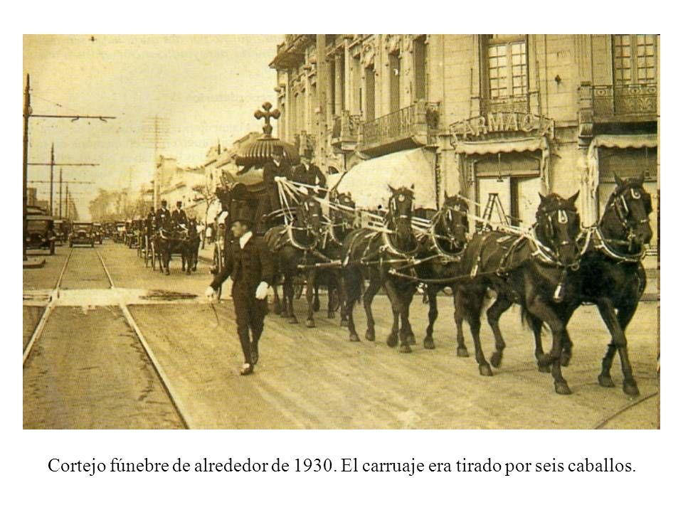 Cortejo fúnebre de alrededor de 1930. El carruaje era tirado por seis caballos.