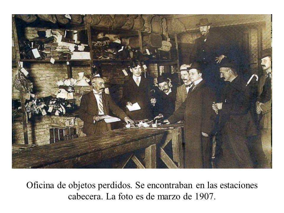 Oficina de objetos perdidos. Se encontraban en las estaciones cabecera. La foto es de marzo de 1907.