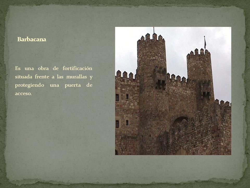 Es una obra de fortificación situada frente a las murallas y protegiendo una puerta de acceso.