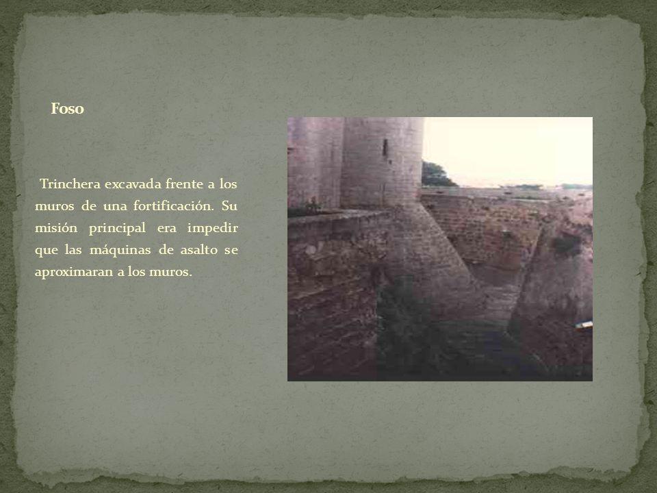 Trinchera excavada frente a los muros de una fortificación. Su misión principal era impedir que las máquinas de asalto se aproximaran a los muros.