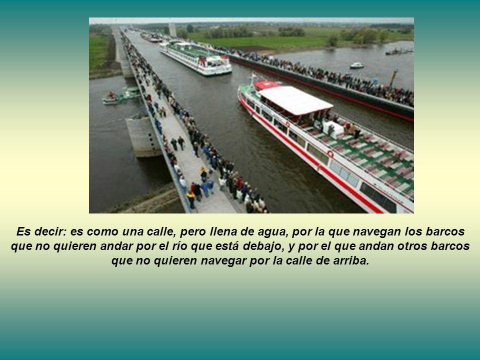 Es decir: es como una calle, pero llena de agua, por la que navegan los barcos que no quieren andar por el río que está debajo, y por el que andan otros barcos que no quieren navegar por la calle de arriba.