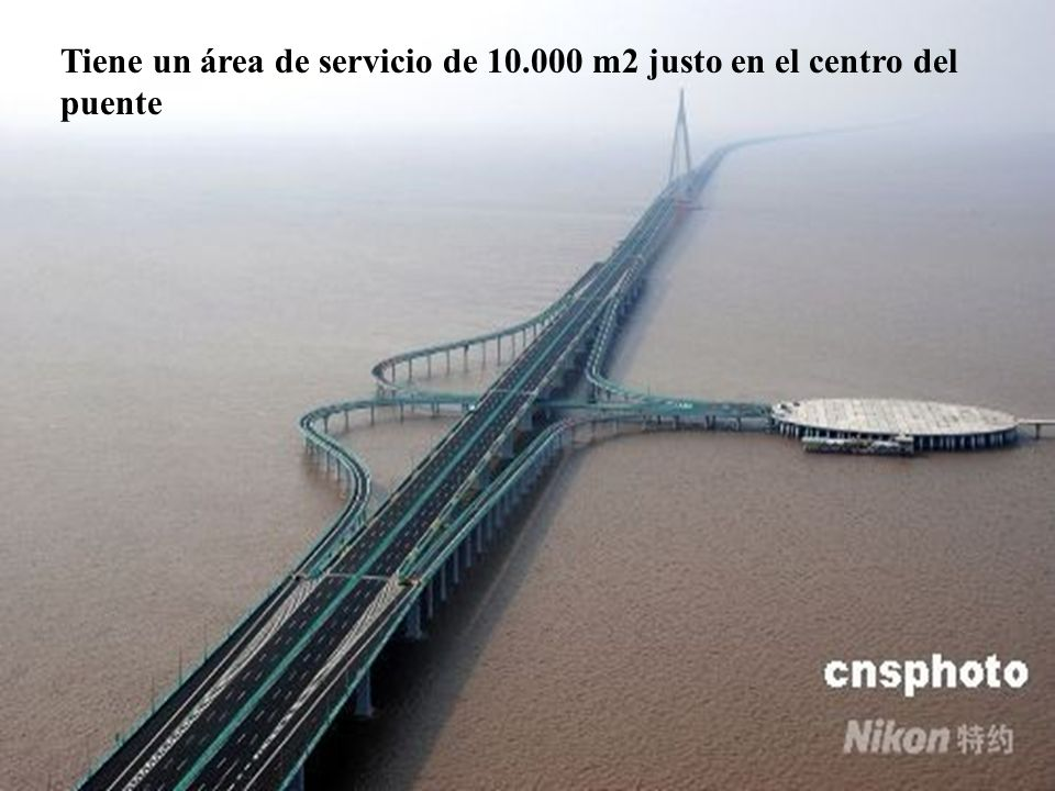 Tiene un área de servicio de 10.000 m2 justo en el centro del puente
