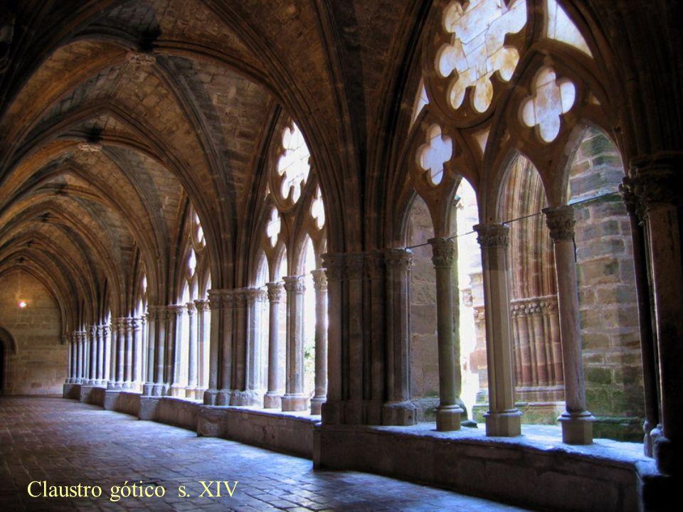 En la girola se abren cinco capillas con sus altares y vidrieras