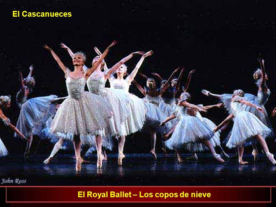 El Royal Ballet Iohna Loots como Clara, David Pickering como el Rey de los ratones y Ricardo Cervera como el Cascanueces El Cascanueces