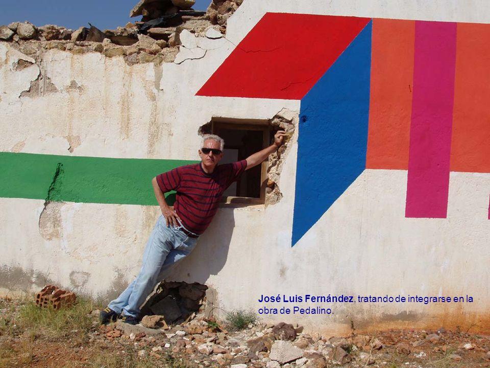 José Luis Fernández, tratando de integrarse en la obra de Pedalino.