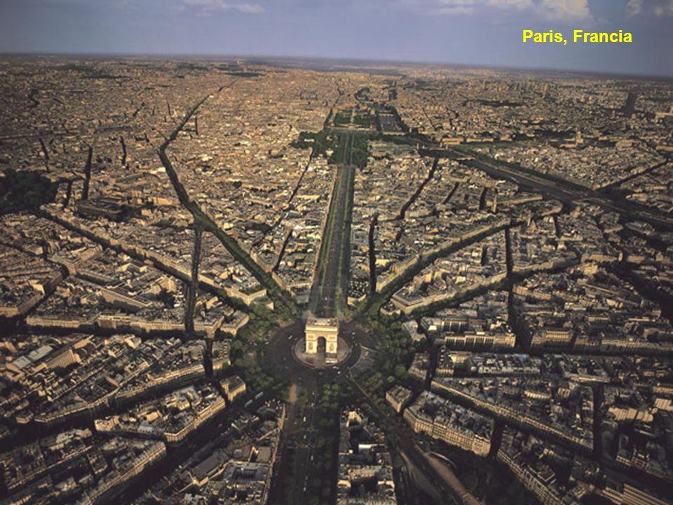 Yann Arthus-Bertrand (nacido el 13 de marzo de 1946, en Paris) es un fotógrafo francés, periodista, reportero y ambientalista.