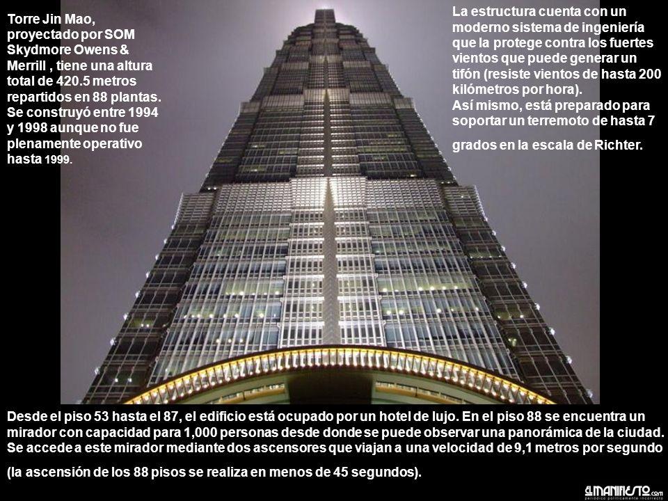 Torre Jin Mao, proyectado por SOM Skydmore Owens & Merrill, tiene una altura total de 420.5 metros repartidos en 88 plantas.