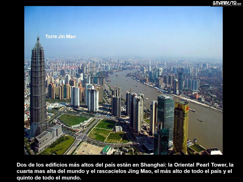 Dos de los edificios más altos del país están en Shanghai: la Oriental Pearl Tower, la cuarta mas alta del mundo y el rascacielos Jing Mao, el más alto de todo el país y el quinto de todo el mundo.