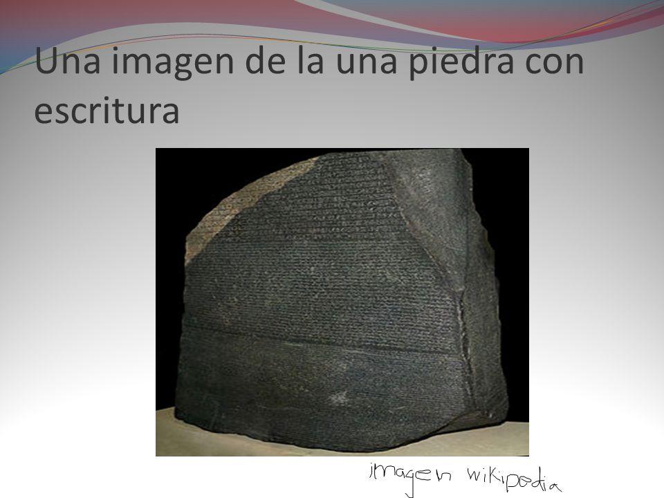 Una imagen de la una piedra con escritura