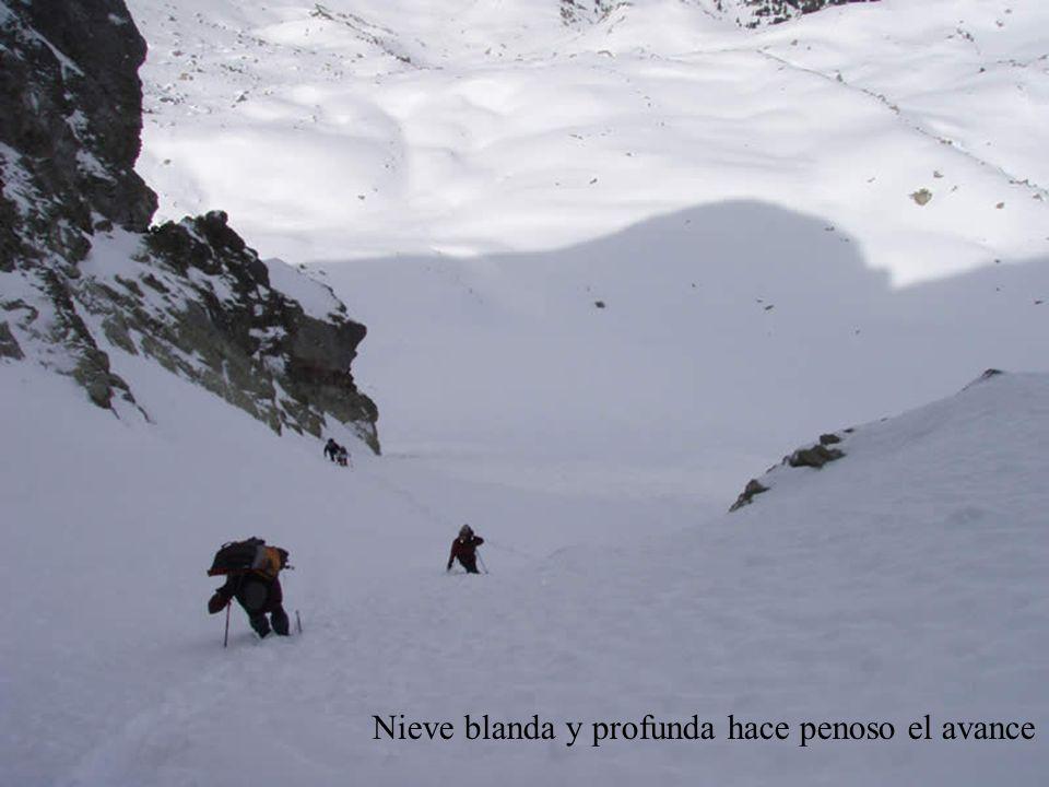 Nieve blanda y profunda hace penoso el avance