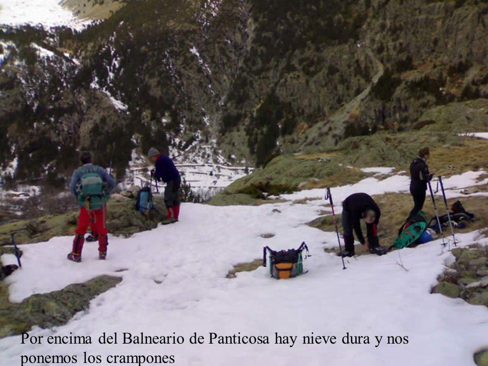 Por encima del Balneario de Panticosa hay nieve dura y nos ponemos los crampones