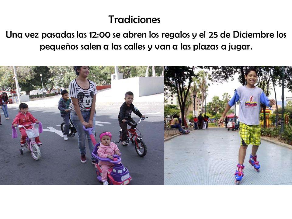 Tradiciones Una vez pasadas las 12:00 se abren los regalos y el 25 de Diciembre los pequeños salen a las calles y van a las plazas a jugar.