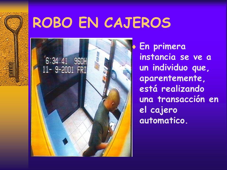 ROBO EN CAJEROS En primera instancia se ve a un individuo que, aparentemente, está realizando una transacción en el cajero automatico.