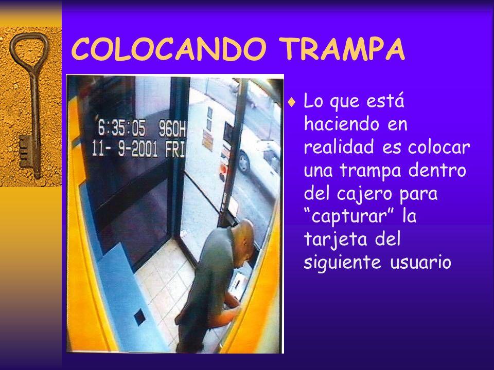 Lo que está haciendo en realidad es colocar una trampa dentro del cajero para capturar la tarjeta del siguiente usuario COLOCANDO TRAMPA