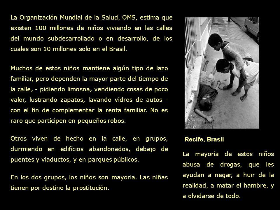 San Vicente, Colombia En la entrada de un burdel, una adolescente espera su próximo cliente.