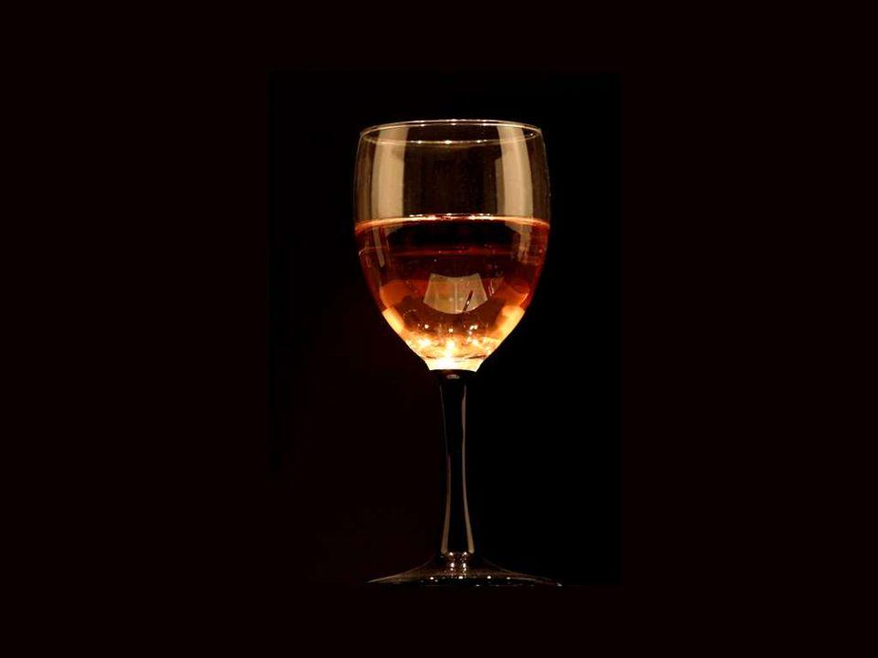 El vino consuela a los tristes, rejuvenece a los viejos, inspira a los jóvenes y alivia a los deprimidos del peso de sus preocupaciones.