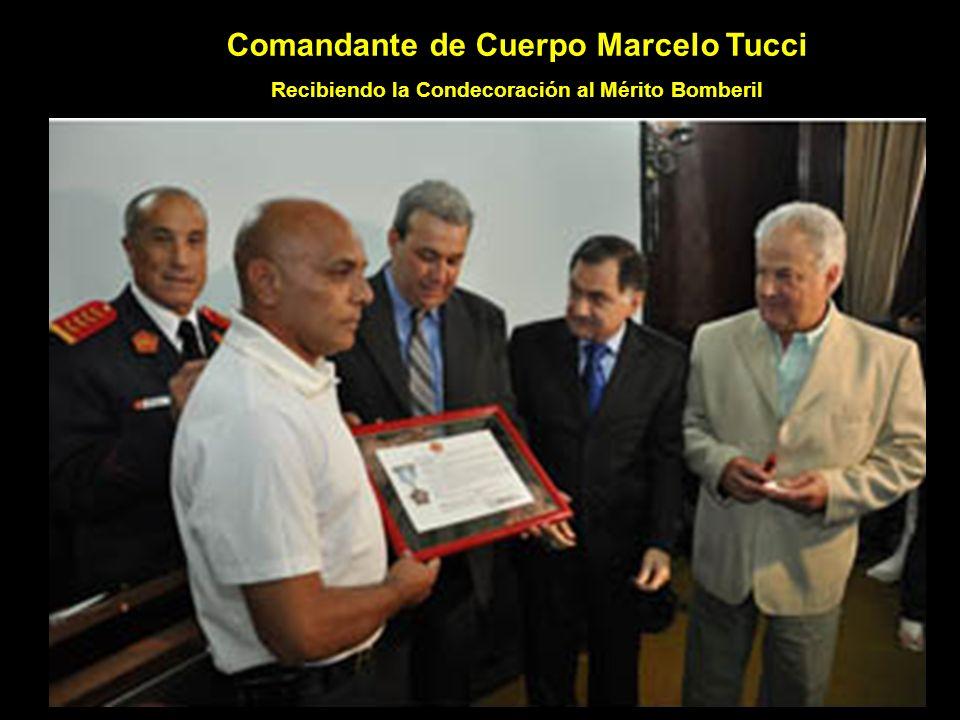 Comandante de Cuerpo Marcelo Tucci Recibiendo la Condecoración al Mérito Bomberil