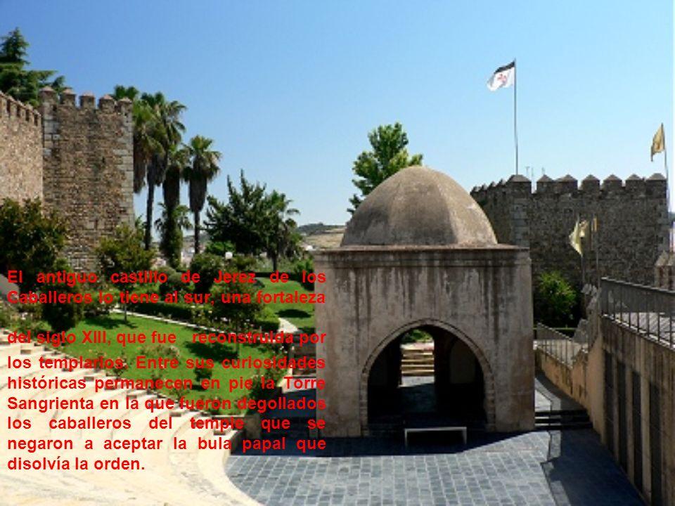 El antiguo castillo de Jerez de los Caballeros lo tiene al sur, una fortaleza del siglo XIII, que fue reconstruida por los templarios. Entre sus curio