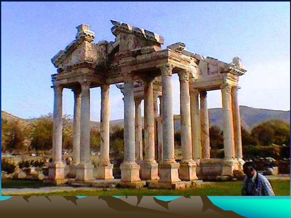 El Tretapilón o puerta de entrada, es una estructura monumental reconocida como una de las obras maestras del arte de la época.