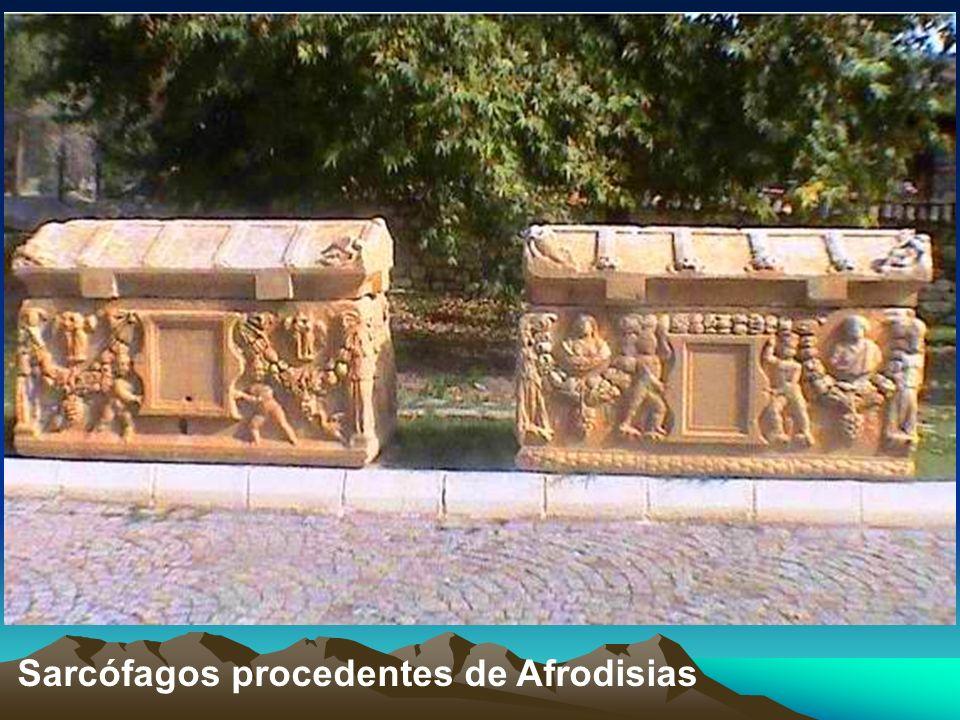 El Ágora : Área pública o mercado ubicada entre el Templo de Afrodita y la acrópolis, data del siglo I a.