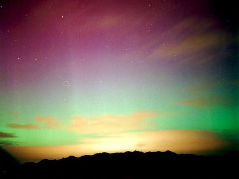 La aurora austral, conocida como luces del sur, es un fenómeno lumínico que se produce en la Antártida debido a la alta ionización y magnetización de