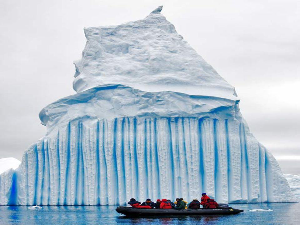 Se crean a menudo las rayas de azul cuando una hendidura en la hoja de hielo se llena con los embates de agua y que es helada tan rápidamente que no f