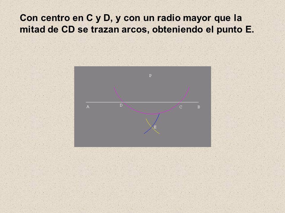Con centro en C y D, y con un radio mayor que la mitad de CD se trazan arcos, obteniendo el punto E.