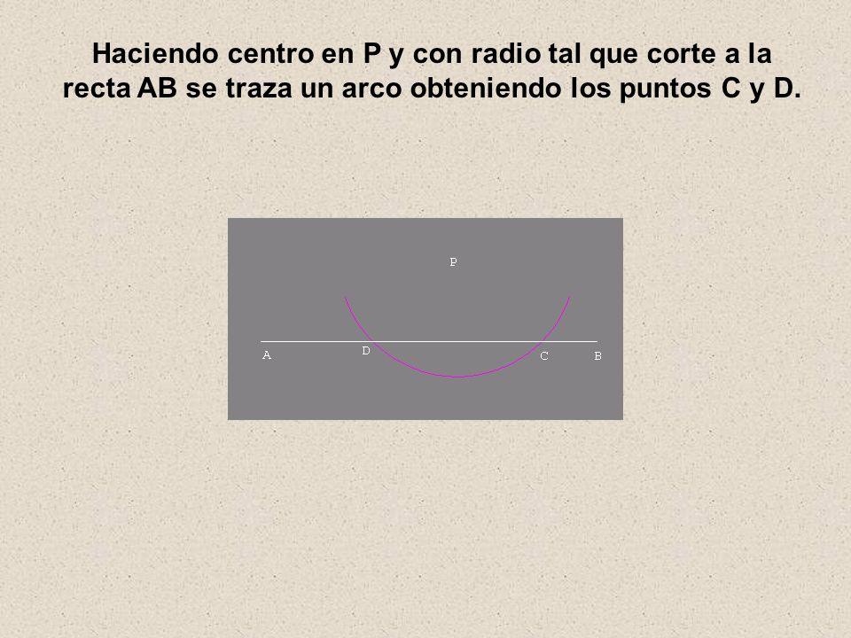 Haciendo centro en P y con radio tal que corte a la recta AB se traza un arco obteniendo los puntos C y D.
