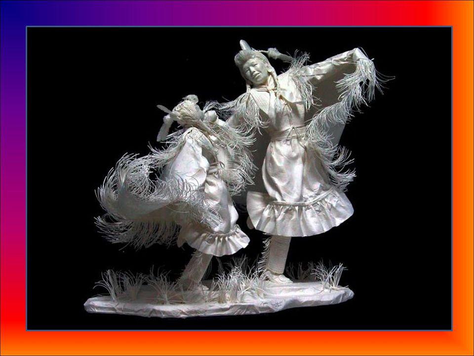 Sus obras se venden por varios miles de euros y, a veces, decenas de miles de euros. Su último proyecto representa escenas de la vida diaria de los na