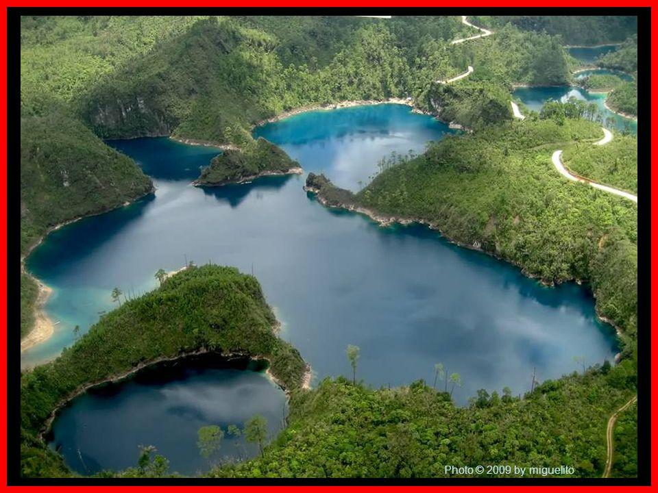 En los límites de Chiapas con Guatemala, en una superficie de más de 6 000 hectáreas de pinares, bosques de encino y selva, se encuentran las lagunas