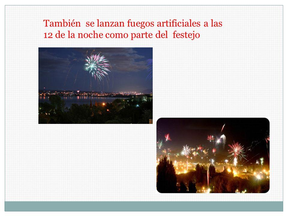 También se lanzan fuegos artificiales a las 12 de la noche como parte del festejo