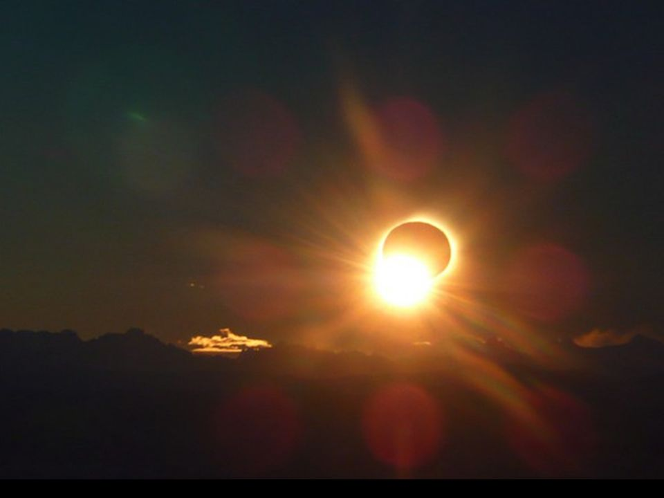 Una de los sucesos más bellos Espectacular vista del Eclipse de Sol desde la Patagonia Argentina Luna se interpuso delante del Sol justo cuando el atardecer caía cerca de la Cordillera de los Andes por encima del Lago Argentino y desde allí se tomó esta maravillosa fotografía con las luces de El Calafate, en la Patagonia argentina, adornando la parte más baja.