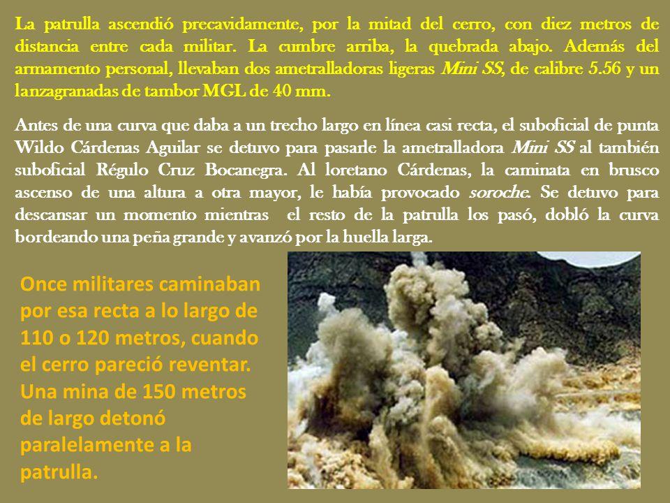 La explosión barrió a los soldados, fragmentó y disparó las peñas, levantó una tormenta de tierra que cubrió los cuerpos y el camino.
