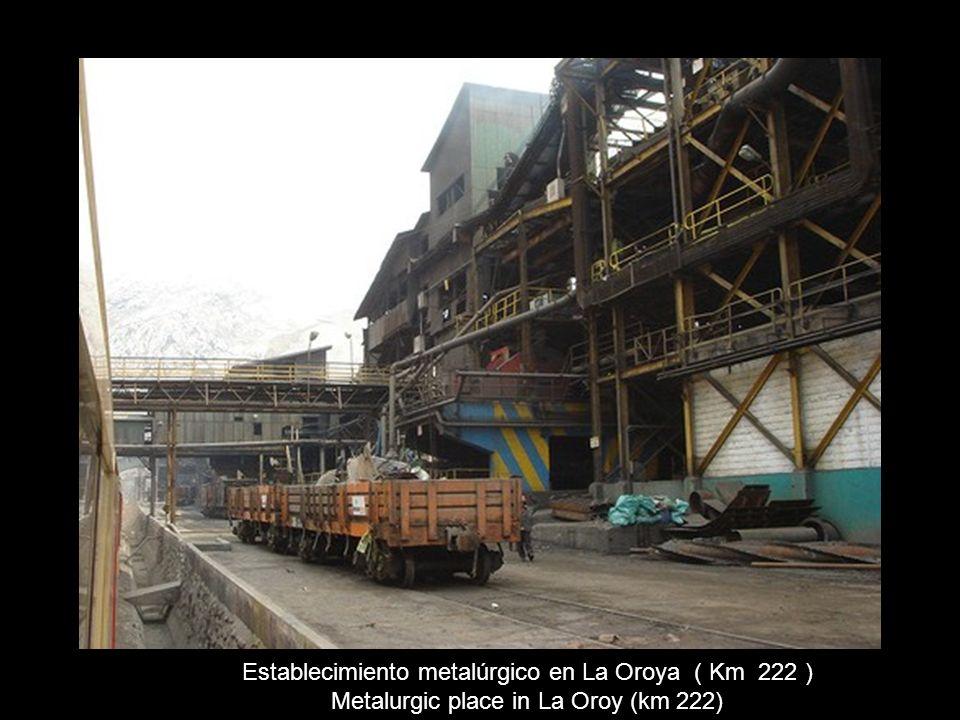 Entrando a La Oroya. Al fondo la chimenea de la fundición Entering La Oroyo – at the end the chimney of the mine
