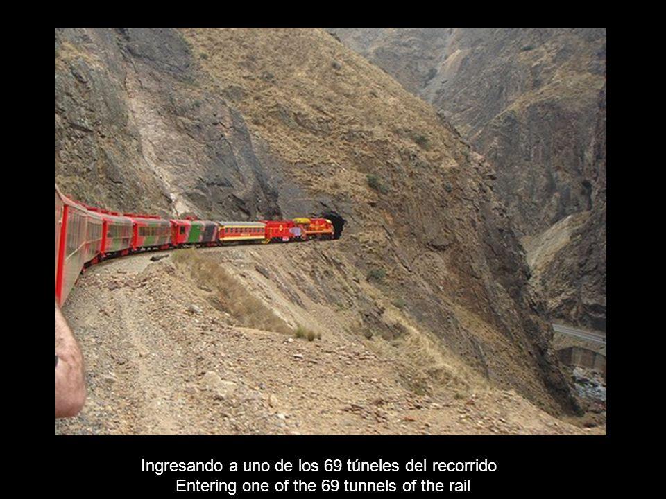 Tren paralelo a la ruta cerca de Jauja – (3300 m) Train on the side of the road near Jauja – (3300 m)