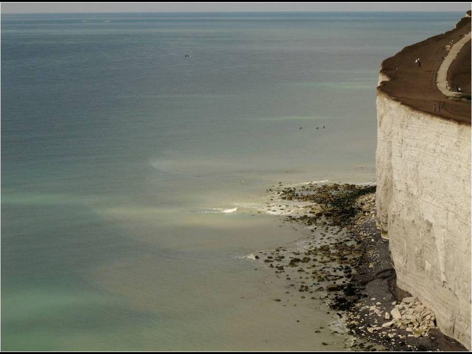 Los acantilados siguen siendo erosionados por las olas.