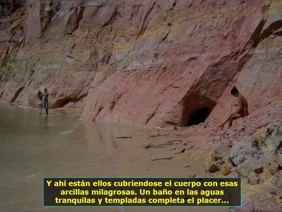 Costa de arcilla de Gamboa. Segun las tradiciones locales, el baño de arcilla tiene propiedades terapéuticas y rejuvenecedoras...