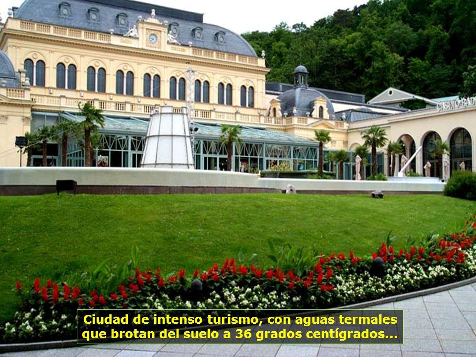 Ciudad de intenso turismo, con aguas termales que brotan del suelo a 36 grados centígrados...