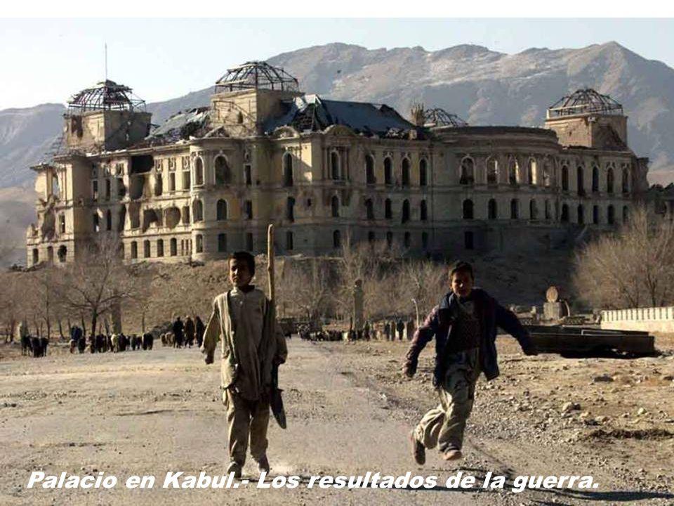 Kabul.- Policía afgana patrullando la calle