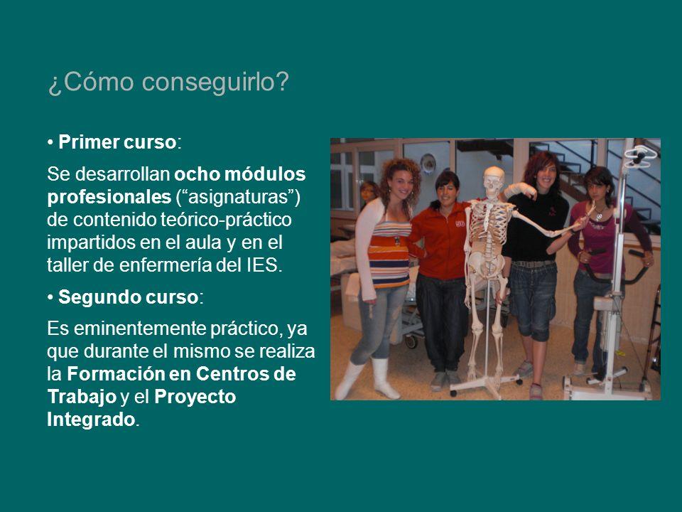 Primer curso: Se desarrollan ocho módulos profesionales (asignaturas) de contenido teórico-práctico impartidos en el aula y en el taller de enfermería del IES.