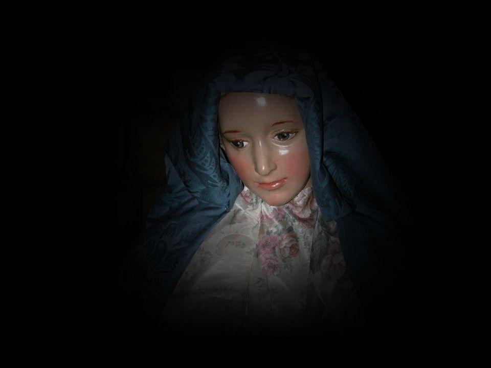 El ángel le dijo: «Alégrate, llena de gracia, el Señor está contigo.» Luego añadió: «No temas, María, porque has hallado gracia delante de Dios; vas a concebir en el seno y vas a dar a luz un hijo, a quien pondrás por nombre Jesús.»