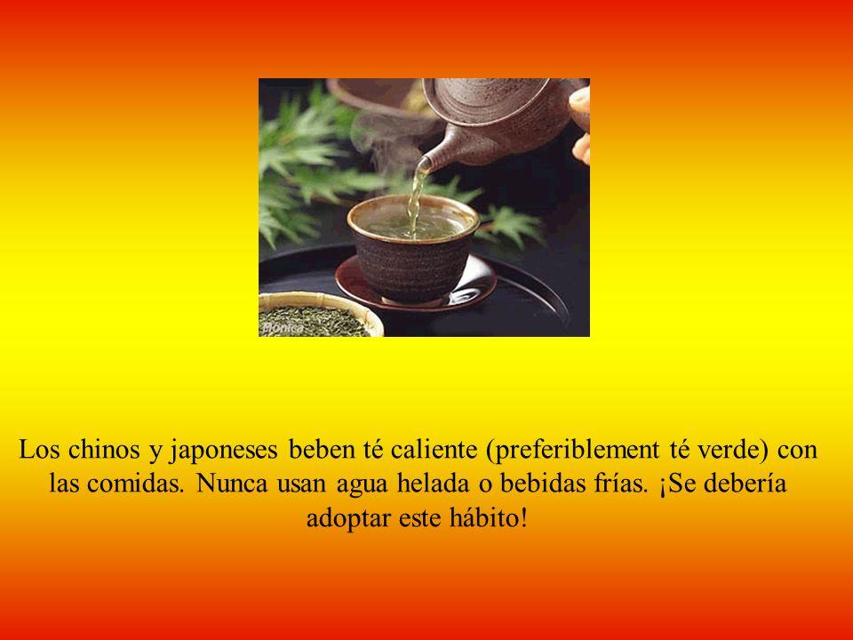 Los chinos y japoneses beben té caliente (preferiblement té verde) con las comidas.