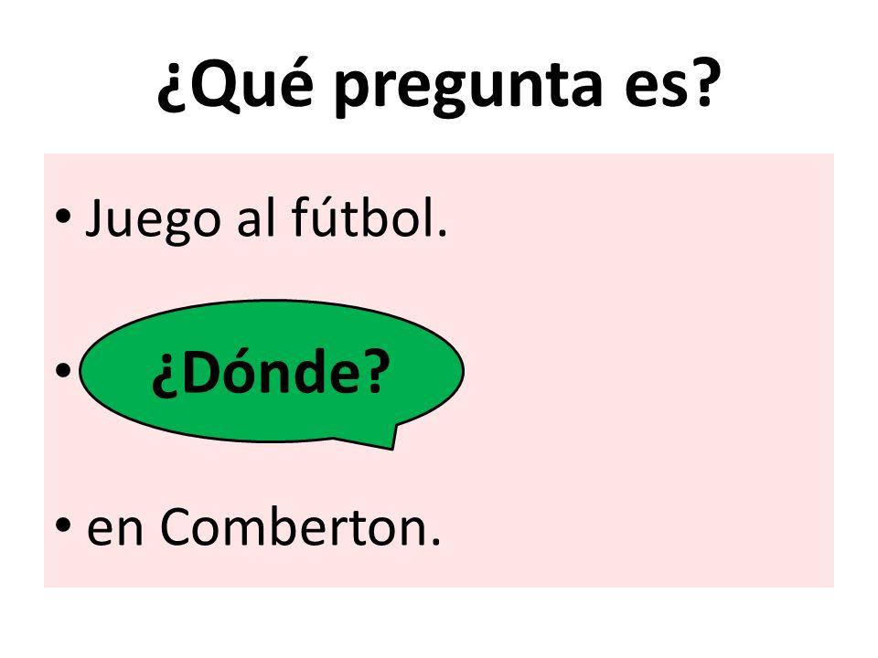 ¿Qué pregunta es Juego al fútbol. en Comberton. ¿Dónde