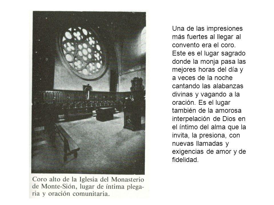 Una de las impresiones más fuertes al llegar al convento era el coro. Este es el lugar sagrado donde la monja pasa las mejores horas del día y a veces