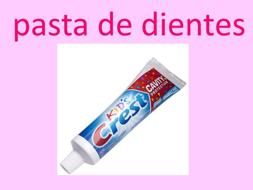 una toalla colonia pasta de dientes