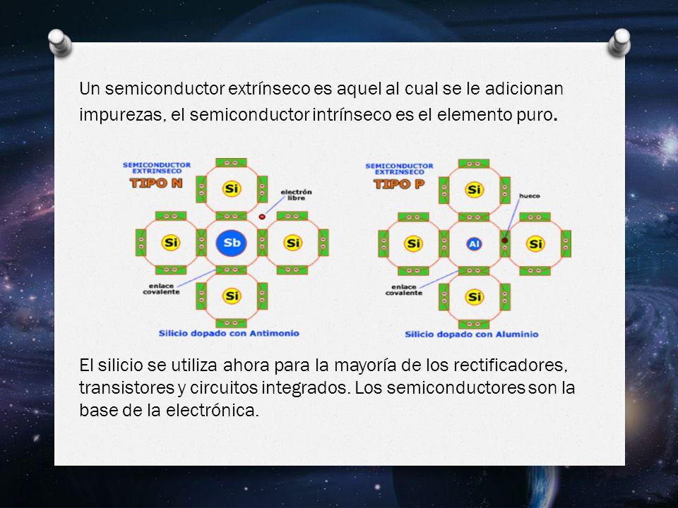 Un semiconductor extrínseco es aquel al cual se le adicionan impurezas, el semiconductor intrínseco es el elemento puro.